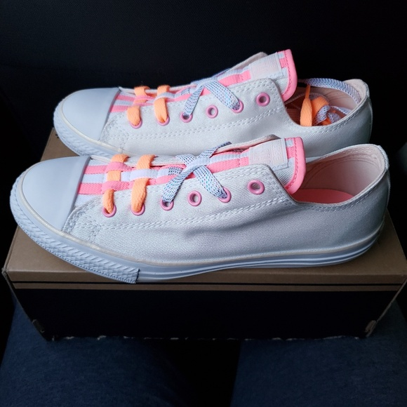 9775094f0341 Junior Size 5 Low Top Converse Special Edition